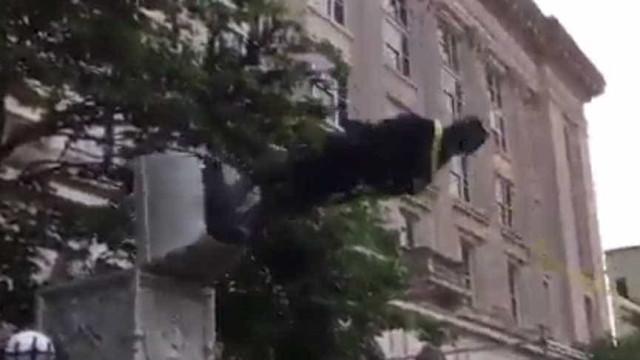 Manifestantes derrubam estátua da Confederação nos Estados Unidos