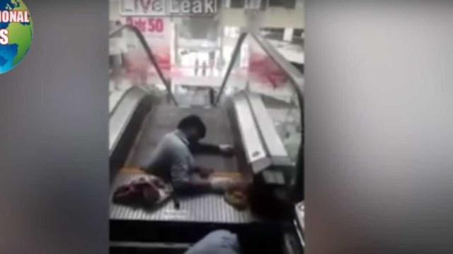 Homem fica preso em escadas rolantes mas sobrevive