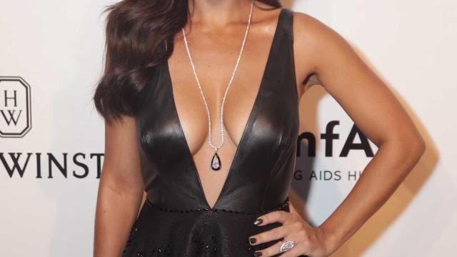 Juliana Paes posa em topless e critica posição de famosos