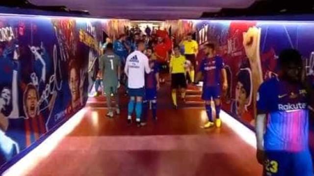 Foi assim o cumprimento entre Ronaldo e Messi no túnel de Camp Nou
