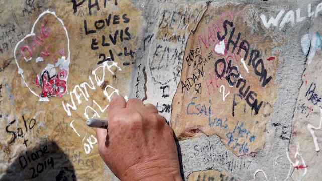 Foi assim que fãs recordaram Elvis Presley nos 40 anos da morte do 'Rei'