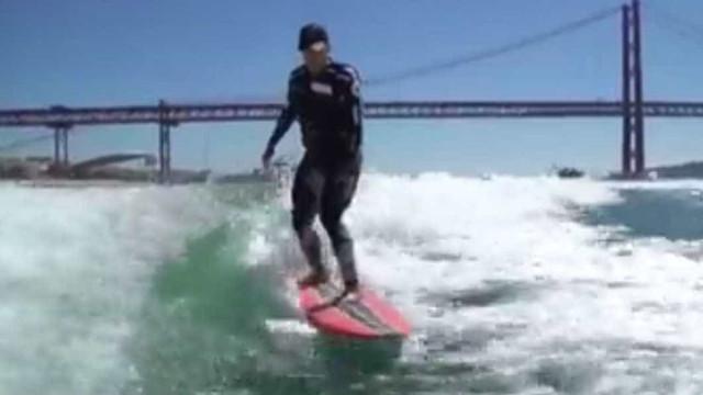 Surfar no Rio Tejo? Sim, McNamara mostra que é possível