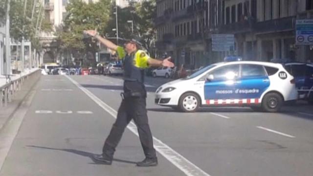 Homem armado barricado em restaurante poderá ser o condutor da carrinha