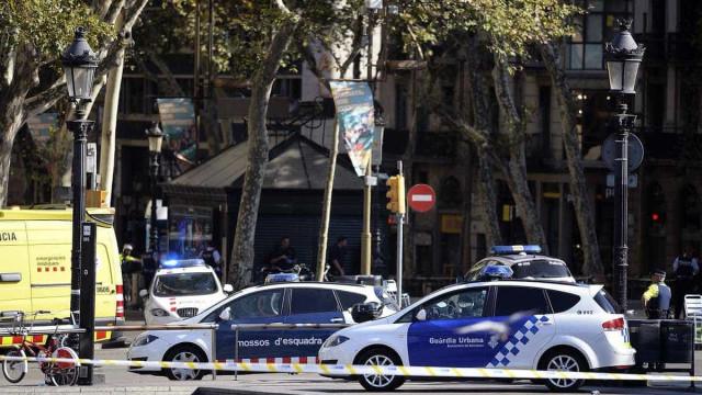 Barcelona: Três polícias catalães atropelados em ponto de controlo
