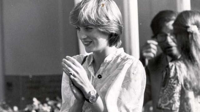 Porque é que a princesa Diana estava a usar dois relógios neste momento?