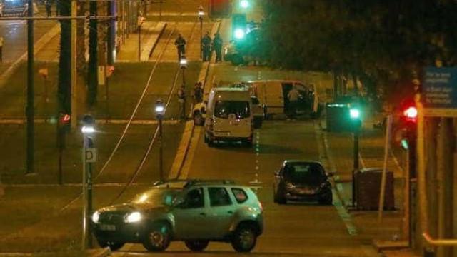 Cidadãos filmam terroristas abatidos, alegadamente armados com explosivos