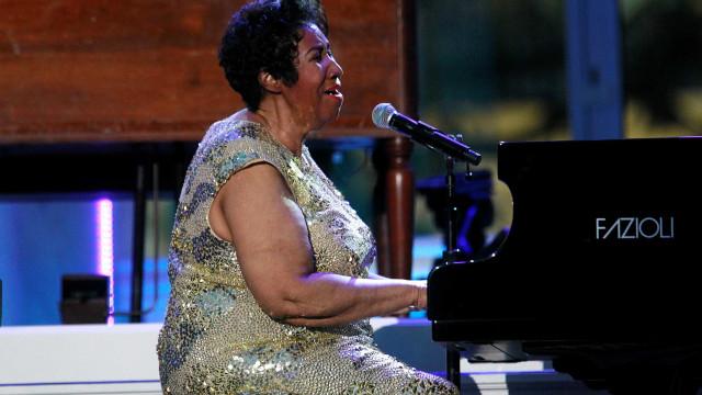 Mais de 30 vestidos e acessórios de Aretha Franklin estão em leilão