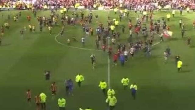 Adeptos invadem o campo e interrompem jogo da 2.ª liga francesa