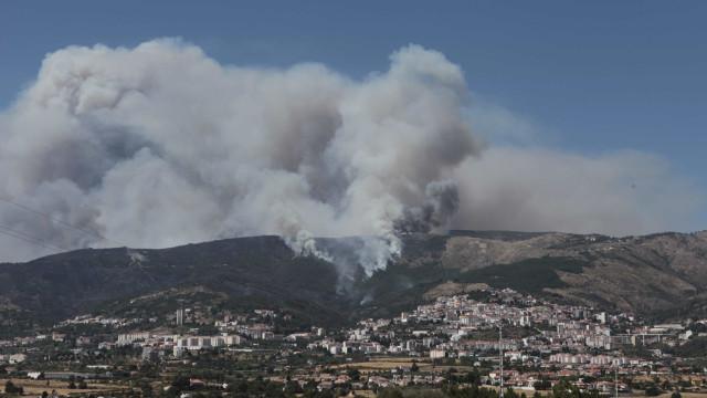 Chamas obrigam à retirada de 95 pessoas na Covilhã