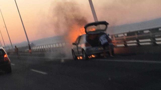 Carro arde na Ponte Vasco da Gama. Não há feridos