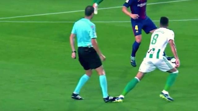 Com esta pisadela é normal que digam que o Barça tem ajuda dos árbitros