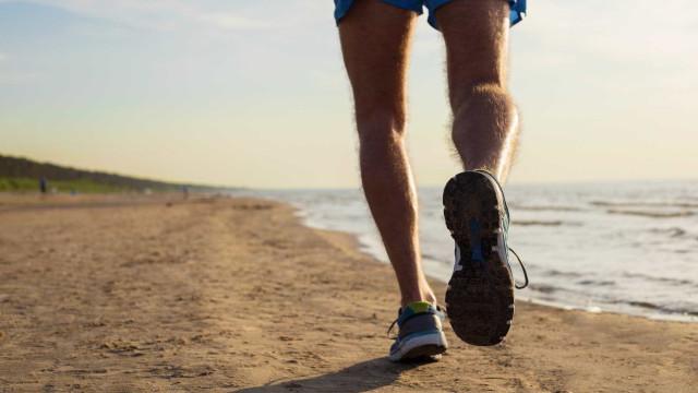 Cinco benefícios de correr na areia da praia