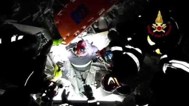 Bombeiros resgatam bebé de sete meses de escombros de Ischia