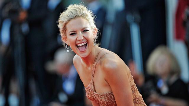 Sorridente, Kate Hudson volta a surgir de cabeça rapada