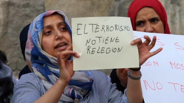 Terroristas de Barcelona atiram culpas para o imã que está morto