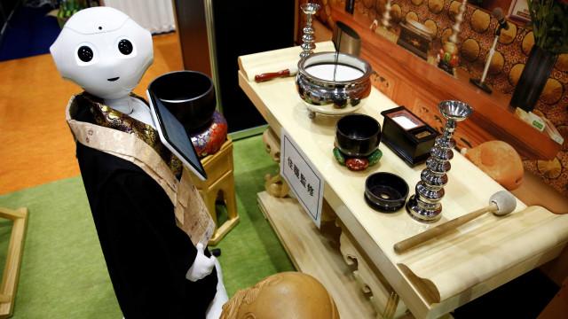 Robot budista pronto para substituir monges em rituais fúnebres