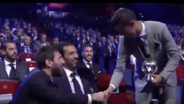 O cumprimento entre Ronaldo e Messi no sorteio da Champions