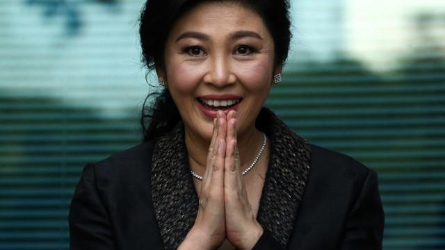 Ex-primeira-ministra da Tailândia foge do país para evitar sentença