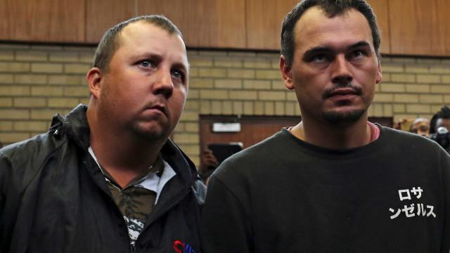 Sul-africanos brancos culpados de tentarem fechar negro vivo em caixão