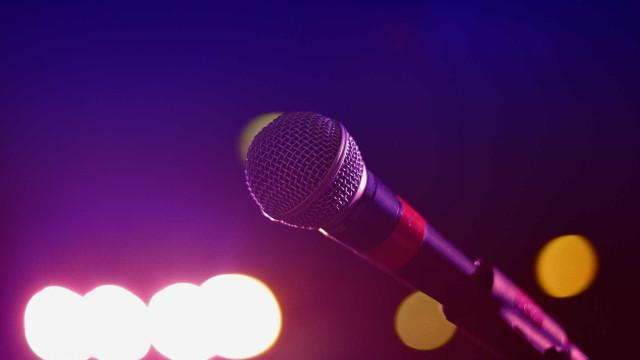Gosta de karaoke? O YouTube tem uma série de canais para si