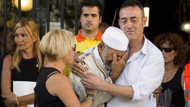 Pais de menino morto nas Ramblas abraçam imã em momento cortante