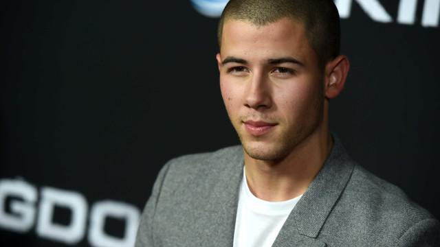 Baixinho? Nick Jonas responde a críticas quanto à sua altura