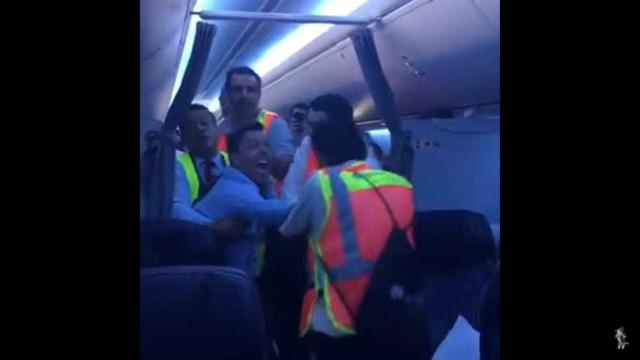 Passageiro filmado a tentar morder e agredir tripulação de avião