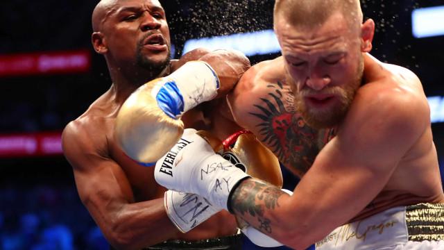 Mayweather mostra ao mundo o milionário cheque da luta com McGregor