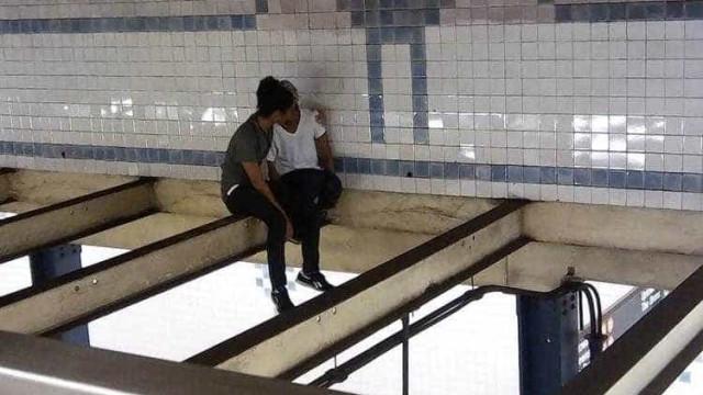 Sentados no teto do metro, desconhecido convence jovem a não se suicidar
