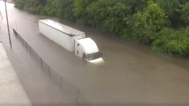 Furacão: Jornalista ajuda a salvar vida de condutor de camião em direto