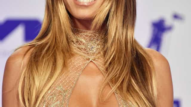 Heidi Klum exibe a boa forma num vestido ousado