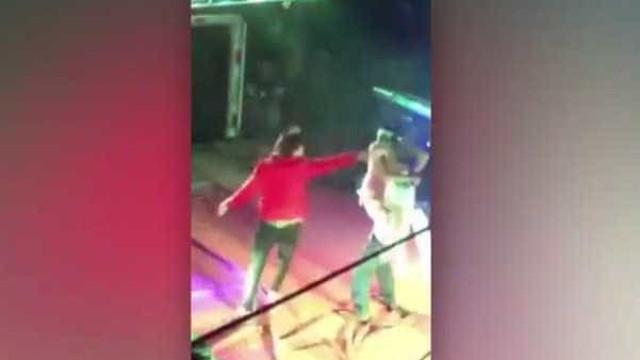 Mulher invade palco para retirar marido dos braços de stripper