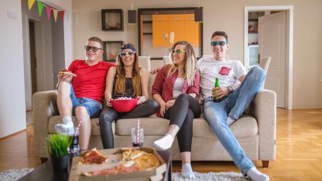 Ver televisão faz mal? Maratonas de séries são bem mais prejudiciais