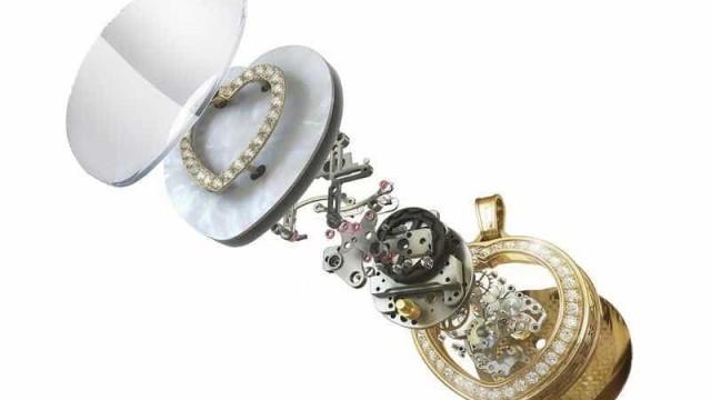O auge do luxo é um colar de diamantes com... batimento cardíaco