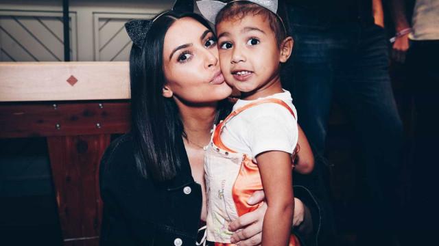 """Filha de Kim Kardashian """"não gosta do irmão"""""""