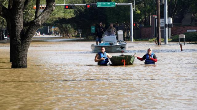 Venezuela doa 5 milhões para ajudar afetados pelo furacão Harvey