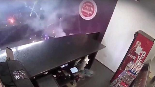Polícia procura homem que atirou fogo-de-artifício para restaurante