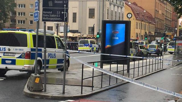 Polícia sueco esfaqueado em Estocolmo. Uma pessoa detida