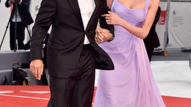 Clooney e Amal fazem a primeira aparição pública após serem pais