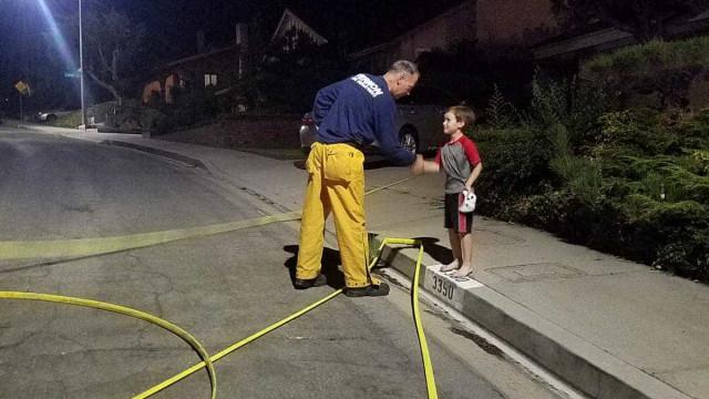 Menino de 8 anos protagoniza imagem icónica em incêndio de Los Angeles