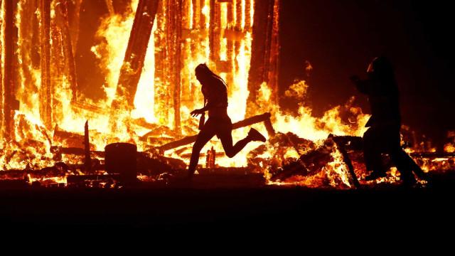 Homem morre após correr contra chamas em festival Burning Man