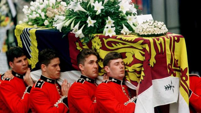 O que a monarquia fez, e que nunca tinha feito, após a morte de Diana