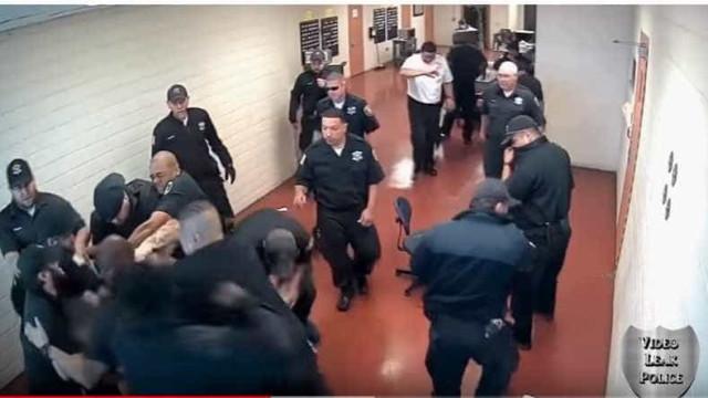 Em Chicago, foram necessários mais de 10 guardas para controlar um detido