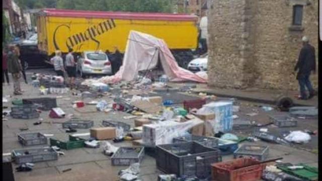 Camião embate contra mercado em Buckingham