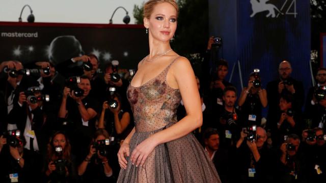Jennifer Lawrence ficou despida e bêbada no closet de Kris Jenner
