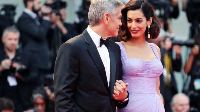 Casal Clooney doa fortuna para apoiar manifestação pelo controlo de armas