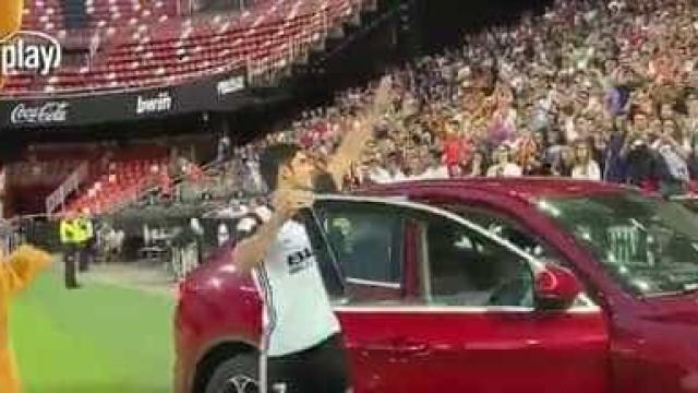 Gonçalo Guedes foi apresentado no Mestalla... de carro