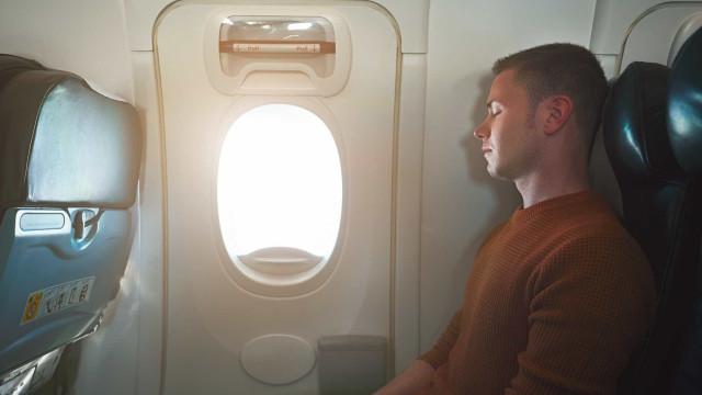 Saiba porque não deve dormir quando o avião levanta e aterra