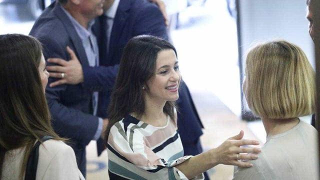 A curiosa 'selfie' de deputada catalã que se tornou piada no Twitter