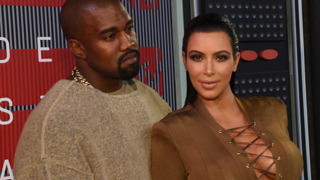 Kim e Kanye West divertem-se com amigos, antes de serem novamente pais